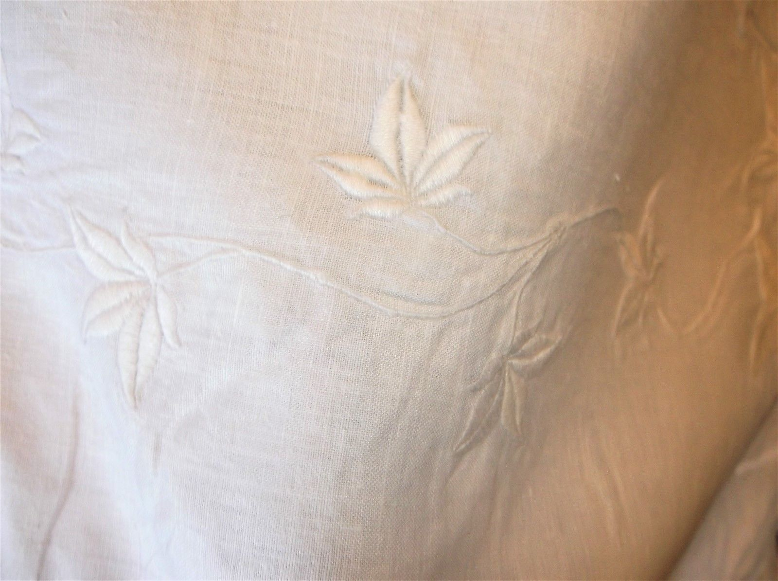 GENUINE VINTAGE TABLECLOTH EMBROIDERED LEAVES DESIGN QUALITY WHITE